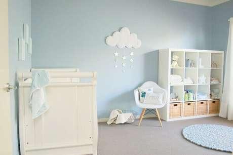 65- A decoração de quarto de bebê masculino foi realizada nos tons azul na parede, no tapete e nos acessórios. Projeto: Pinterest