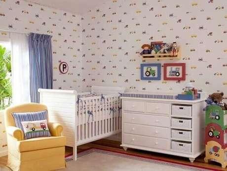 76- O papel de parede no quarto de bebê masculino apresenta detalhes no mesmo tom da cortina. Fonte: Casa e Festa