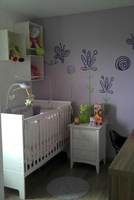 66- Na decoração de quarto de bebê masculino simples foram utilizados nichos e pinturas nas paredes. Projeto: Adriana Victorelli