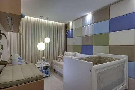 67- Os painéis retangulares em diversos tons de azul revestem parede no quarto de bebê masculino. Projeto: Renata Basques