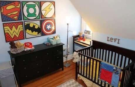 72- A decoração moderna tem móveis pretos no quarto de bebê menino. Fonte: The Pinsta