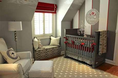 73- A decoração de quarto de bebê masculino foi elaborada nos tons de cinza, branco e vermelho. Fonte: limaonagua