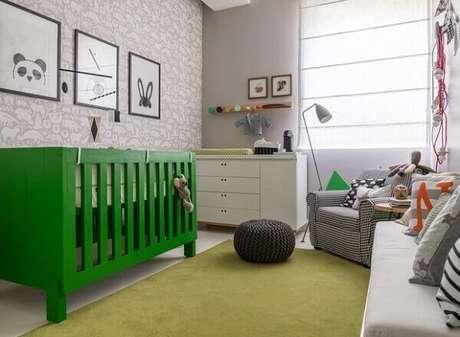 74- O berço verde é o destaque na decoração do quarto de bebê masculino simples. Fonte: Pinterest