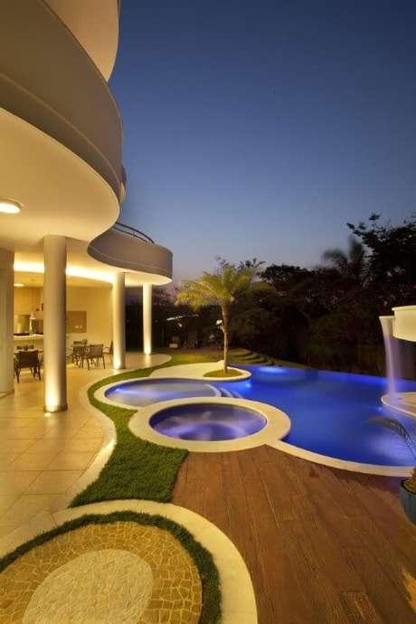 26. Varanda com piscina grande e duas piscinas pequenas. Projeto de Aquiles Nicolas Kilaris