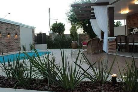 42. Varanda com piscina pequena e arandela. Projeto de Graziela Von Muhlen