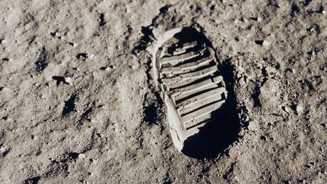Marca de um dos primeiros passos na Lua, deixada por Aldrin; o momento histórico foi visto por cerca de 530 milhões de telespectadores em todo o mundo