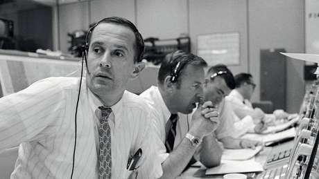 A equipe da Nasa em Terra durante os tensos momentos de comunicação com a tripulação do Apolo 11