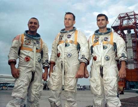 Gus Grissom, Edward White e Roger Chaffee, tripulação da primeira missão Apolo, que morreu durante um teste