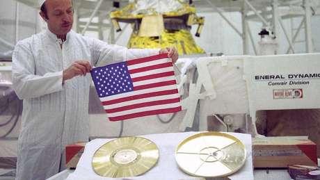 John Casini, diretor do projeto Voyager, mostra o disco 'Sons da Terra'