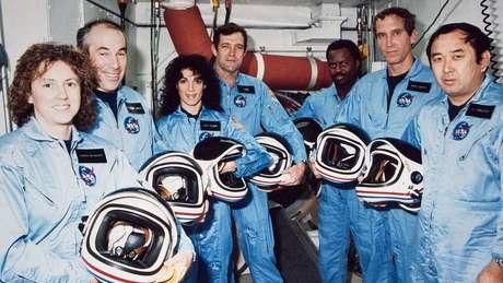 A tripulação do Challenger: Christa McAuliffe, Gregory Jarvis, Judith A. Resnik, Francis Scobee, Ronald McNair, Mike Smith e Ellison Onizuka