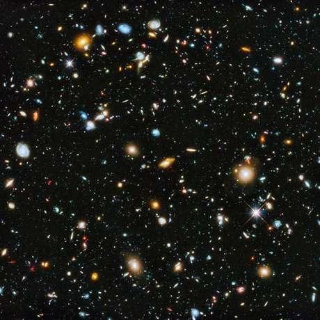 Esta imagem impactante, conhecida como Campo Ultra Profundo do Hubble, é uma montagem de fotos tiradas ao longo de mais de um ano. O que estamos vendo é o Universo quando a luz partiu até alcançar o Hubble, há 13 milhões de anos