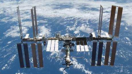 A estação é um centro de pesquisa e experiências científicas. Mede 109 metros de comprimento e 88 de largura e orbita a Terra a uma altura de 400 km