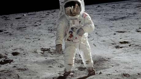 Neil Armstrong tirou esta foto de Buzz Aldrin, assim que os dois viraram os primeiros seres humanos a caminhar sobre a superfície lunar, em 20 de janeiro de 1969