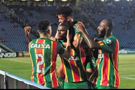 Jogadores do Sampaio Corrêa comemoram o gol de Julinho