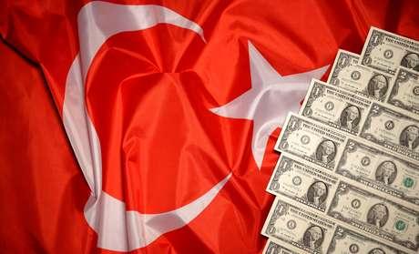 Notas de dólar ao lado de bandeira da Turquia 25/08/2018 REUTERS/Dado Ruvic