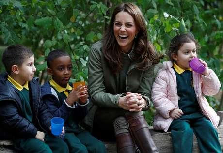 Kate Middleton, duquesa de Cambidge, sorri ao brincar com crianças em escola de Londres 02/10/2018 REUTERS/Peter Nicholls