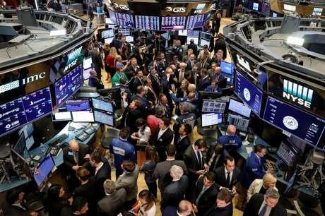 Operadores trabalham na New York Stock Exchange (NYSE) em Nova York, EUA 02/05/2018 REUTERS/Brendan McDermid