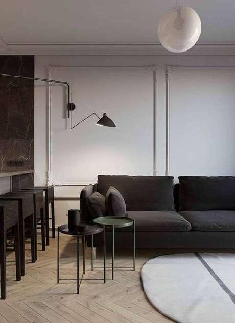 15. Decoração moderna para sala com sofá preto e moldura de parede – Foto: Pinterest