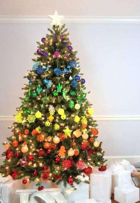 72. Árvore colorida formando um arco-íris de bolinhas de natal