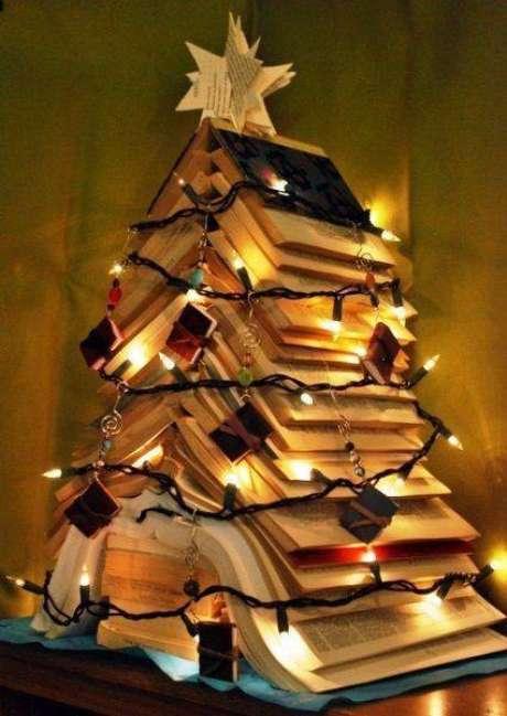 13. Árvore de natal artesanal feita com livros e luzes pisca-pisca
