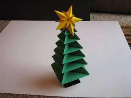 16. A árvore de natal de origami é um chame para decorar mesas