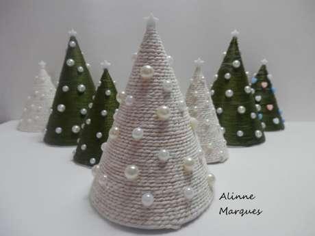 19. Árvores de natal artesanais feita com barbante e pérolas. Foto de Alinne Marques