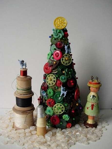 26. Uma árvore de natal bem temática de quem gosta de se aventurar pelo mundo da costura. Foto de Incredibilia