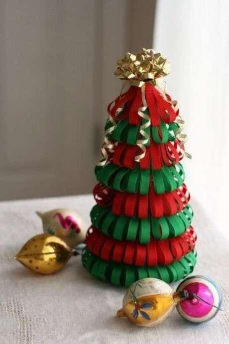 18. Árvore de natal artesanal feita com tiras de papel vermelho e verde. Foto de Pinterest