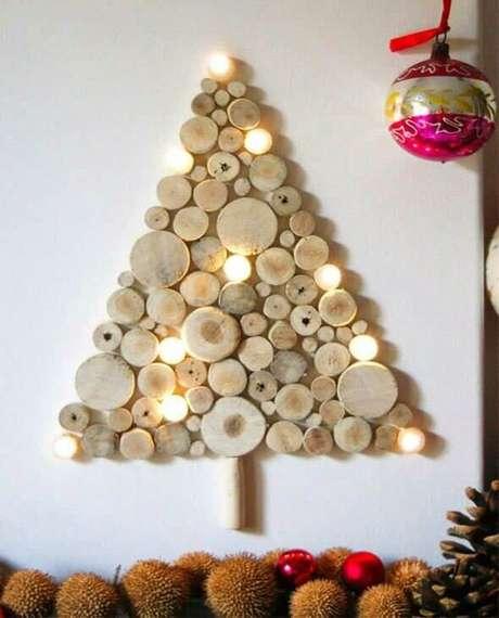 12. Árvore de natal artesanal feita com tocos de madeira. Foto de Revide