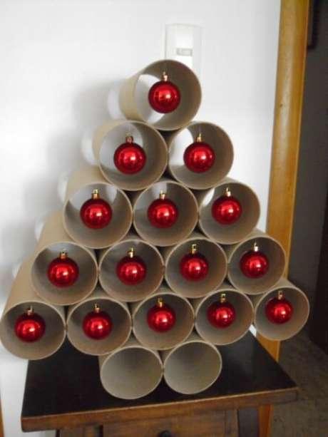 24. Árvore de natal artesanal feita com tubos de papel higiênico e bolinhas vermelhas. Foto de Artesanato Cultura Mix