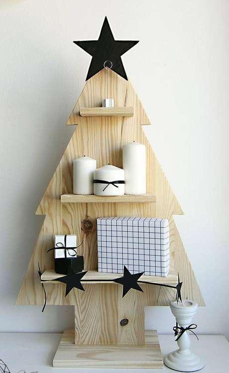 8.Enfeitede madeira feita com o formato da silhueta de uma árvore de natal