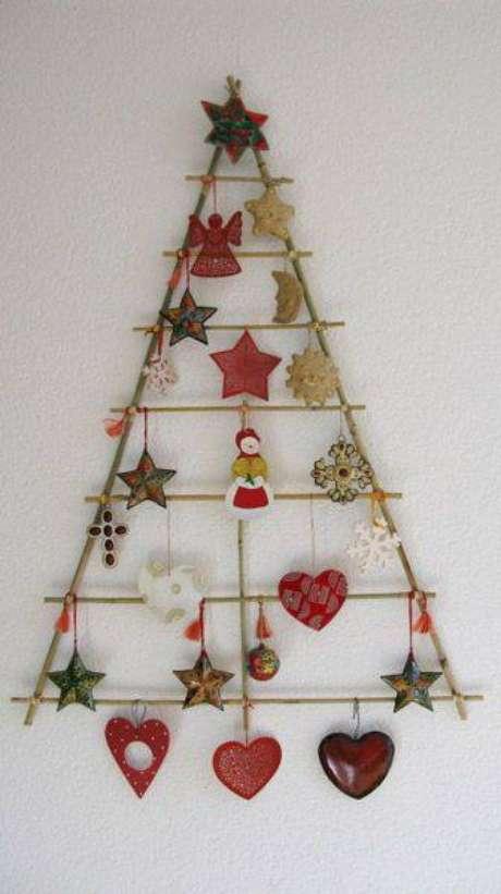 6. Árvore de natal artesanalfeita compalitos e enfeitestemáticos natalinos