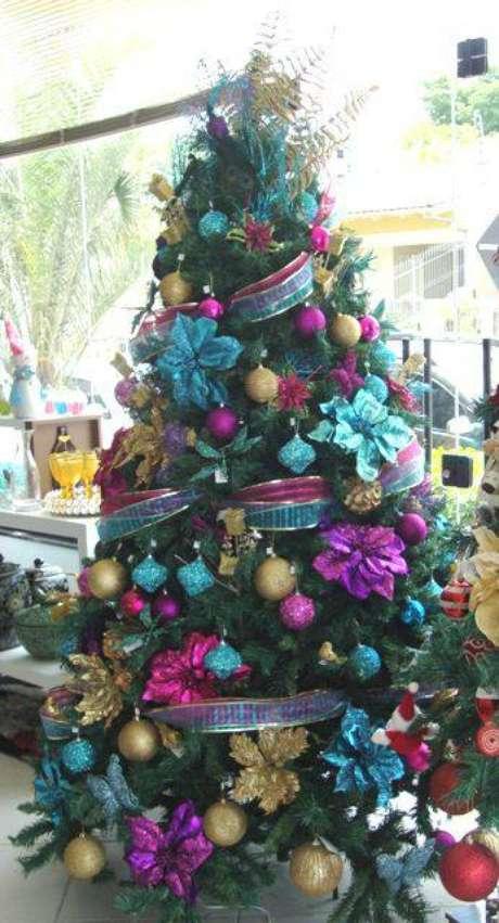 62. Árvore de natal com enfeites azuis, roxos e dourados