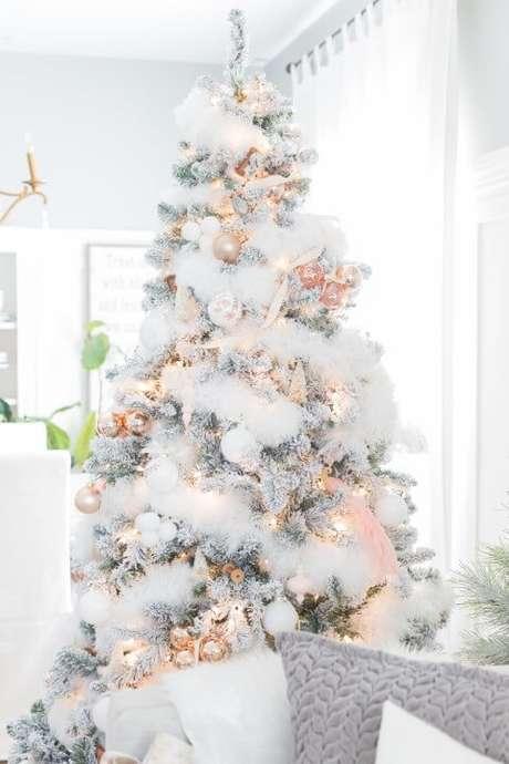48. Árvore de natal com aparência de estar coberta de neve. Foto de Cynthia Ann Harris