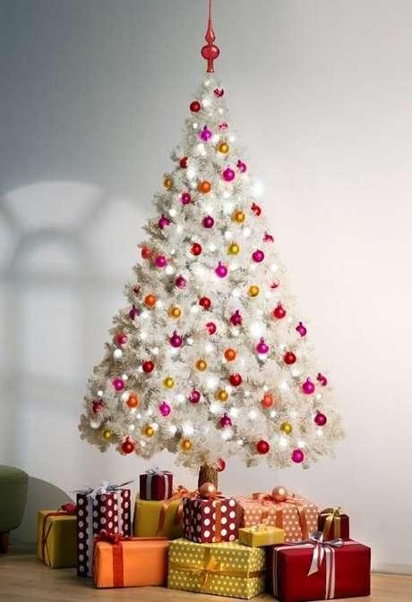 55. Árvore de natal branca com bolinhas coloridas. Foto de Asset Project