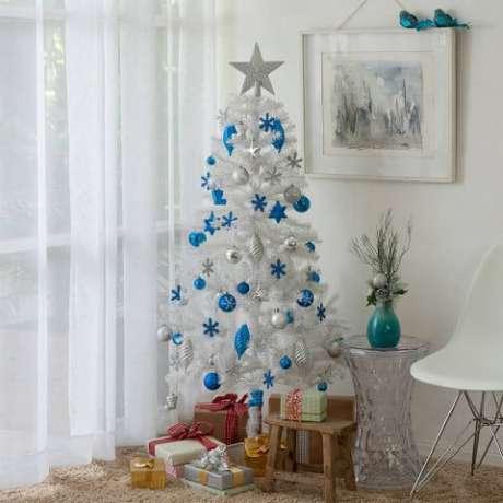 54. Árvore de natal branca com enfeites azuis e prateados. Foto de Sou Barato