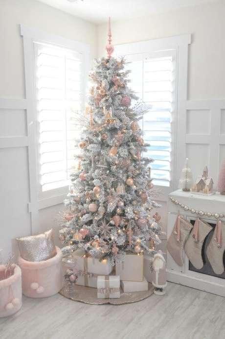 51. Árvore de natal branca com enfeites cor de rosa. Foto de Pinterest