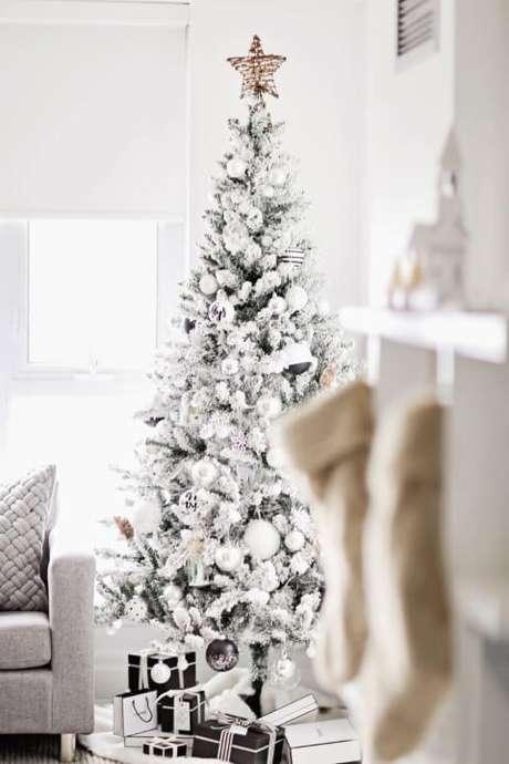 50. Árvore de natal branca com enfeites de natal prata e branco. Foto de Pinterest