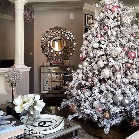 45. Árvore de natal branca com enfeites prata e rosa
