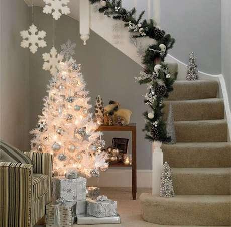 46. Árvore natalina branca com pisca-pisca de luzes amarelas e decoração prata