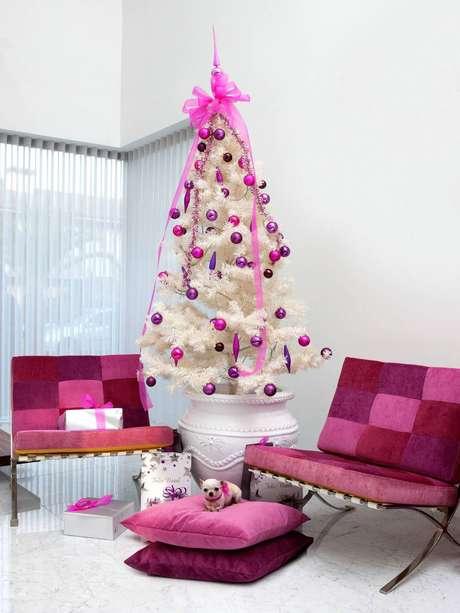 58. Árvore com estrutura branca e enfeites cor de rosa