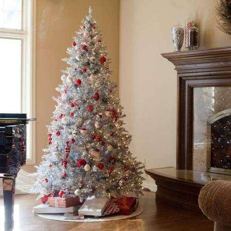 44. Árvore de natal branca com decoração prata e bolinhas vermelhas