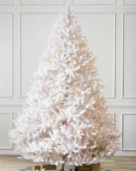 47. Árvore de natal branca e cheia com luzinhas amarelas. Foto de Balsam Hill