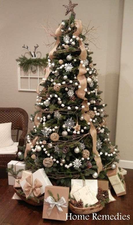 36. Árvore de natal com decoração branca e dourada, bem elegante