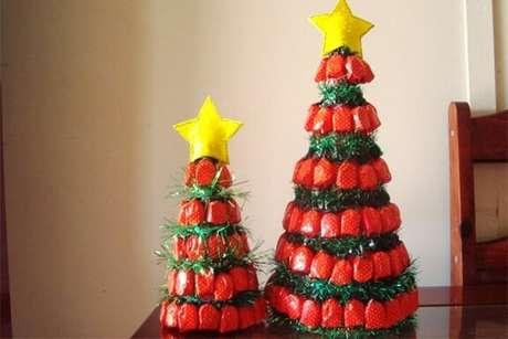 21. Árvore de natal clássica com balas de embalagem vermelha e verde. Foto de Panfleteria