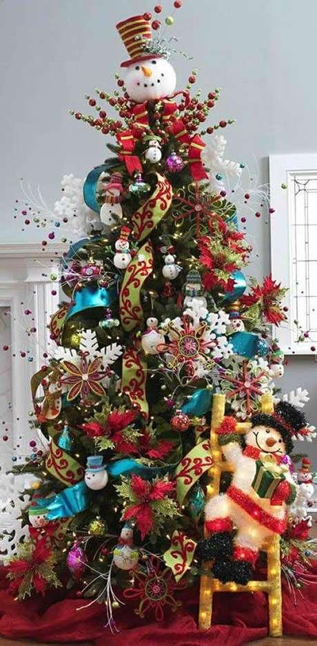 69. Árvore natalina bastante enfeitada com bonecos de neve