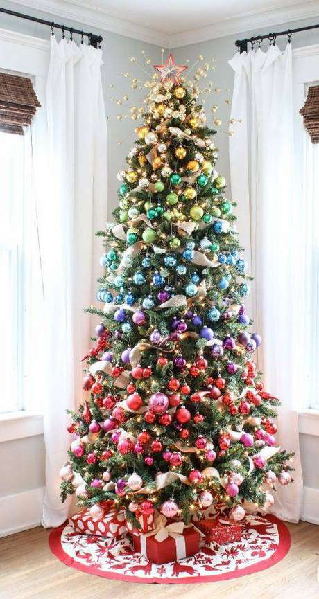 70. Árvore de natal com bolinhas coloridas organizadas por cor