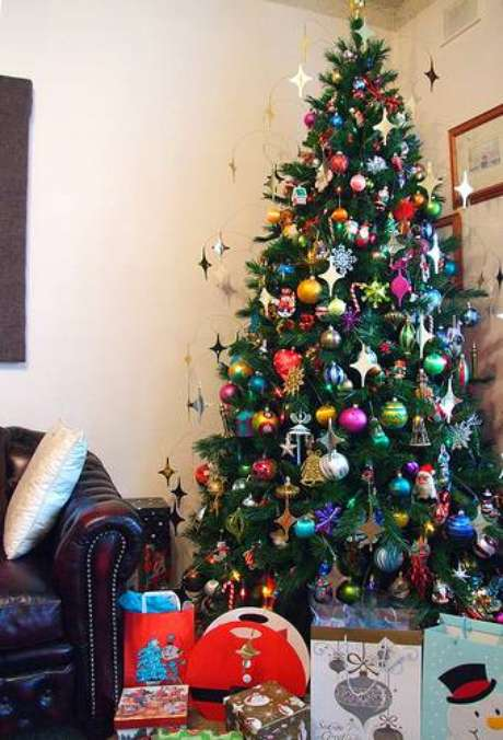 67. Árvore de natal colorida com enfeites diversos