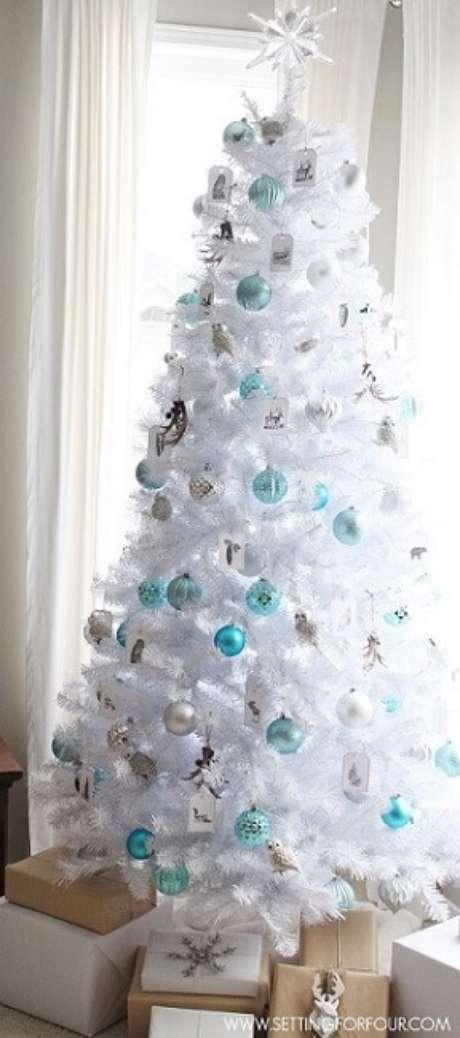 53.Os enfeites de natalazuis e prateados ficam ótimos em árvores brancas. Foto de Setting For Four