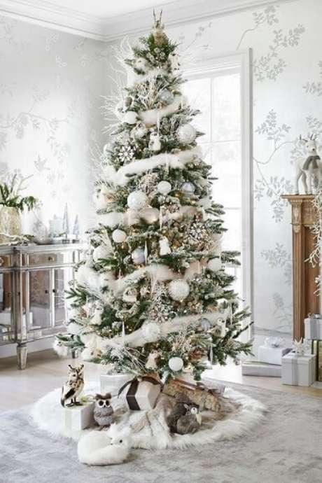 52. Árvore de natal com decoração branca e detalhes dourados. Foto de Pinterest
